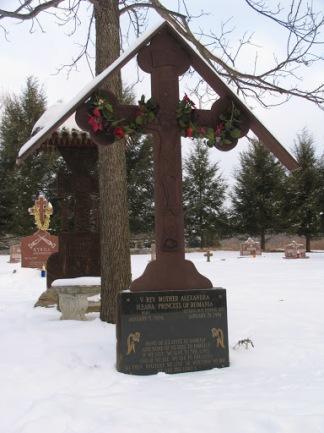 Crucea de pe mormantul Maicii Alexandra din curtea manastirii de la Ellwood City